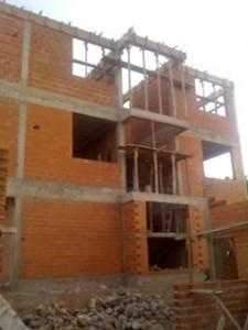 Nå står taket på administrasjonsbygget for tur.